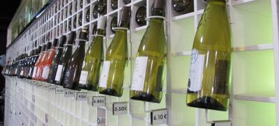 wijnflessen aan de wand