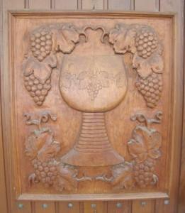 het-wijnjaar-in-duitsland-rond-de-rijn-houten-deur-met-wijn-houtsnede