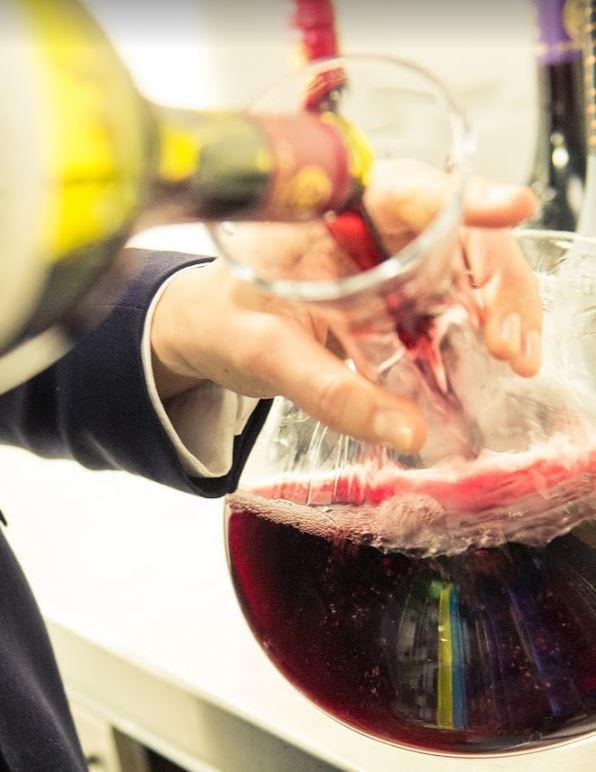 Karafferen is soms nodig bij jonge wijnen op een wijn en wijnproeverijen