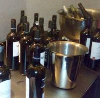 Veel wijnflessen en spitons op wijn en wijnproeverijen