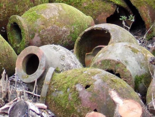 Qvevri en Georgische wijnen - afgedankte en gebroken qvevri vaten