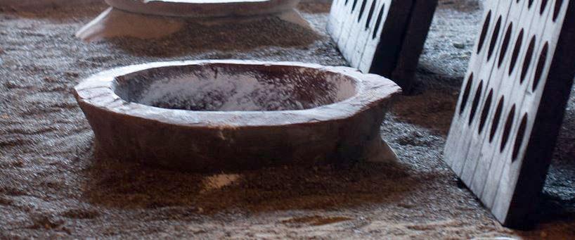 Qvevri en Georgische wijnen - bovenkant van een qvevri vat ingegraven in de grond