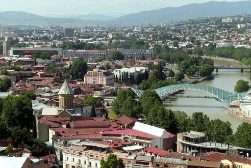 tblisi, met daarachter de kaukasus