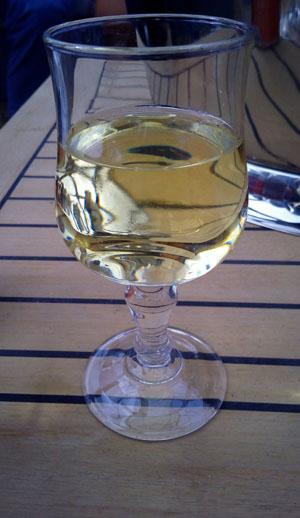 Wijn met biet, zuurkool of droge worst chardonnay in een verkeerd glas