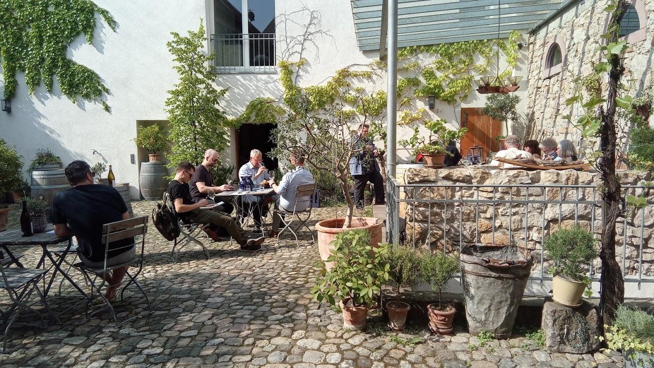 Weingut Dr. Heger in Ihringen de gezellige binnenplaats