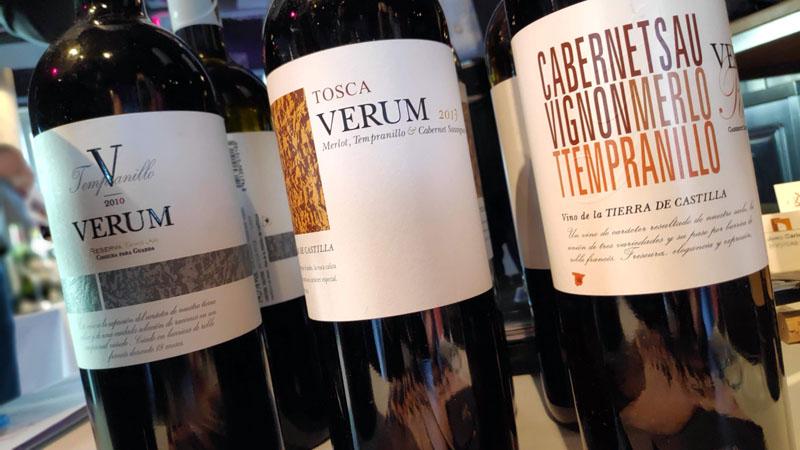 mooie spaanse wijnflessen staan te pronken met moderne wijndruiven