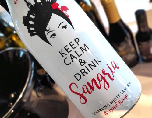 spaanse sangria met een vrolijk wit wijnetiket