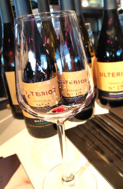 spaanse wijn drinken op een spaanse wijnproeverij