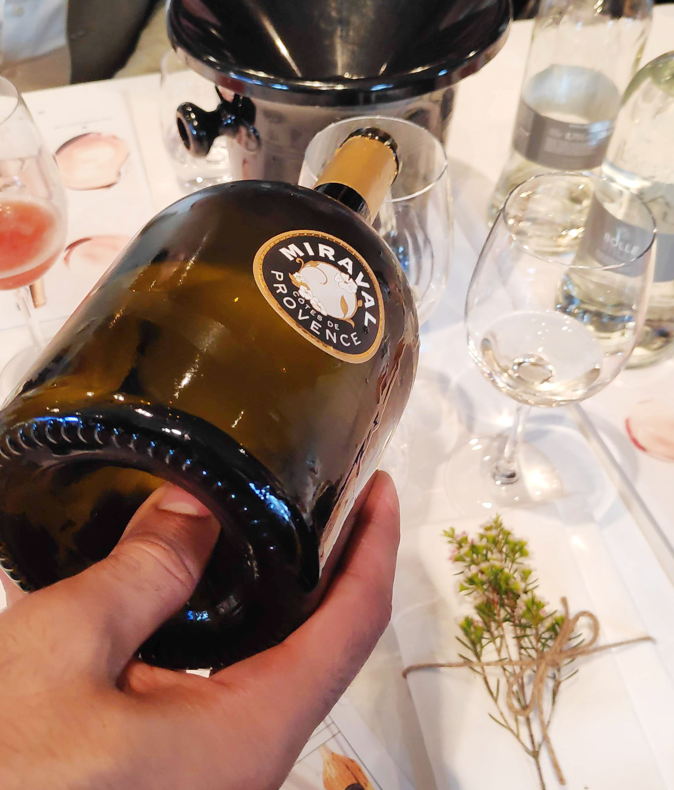 Miraval Rosé is een van de beste rosé wijnen ter wereld. Ook in magnum is deze verkrijgbaar en dan heb je dubbel zoveel plezier. Maar ook Miraval wit is een heerlijke witte wijn.