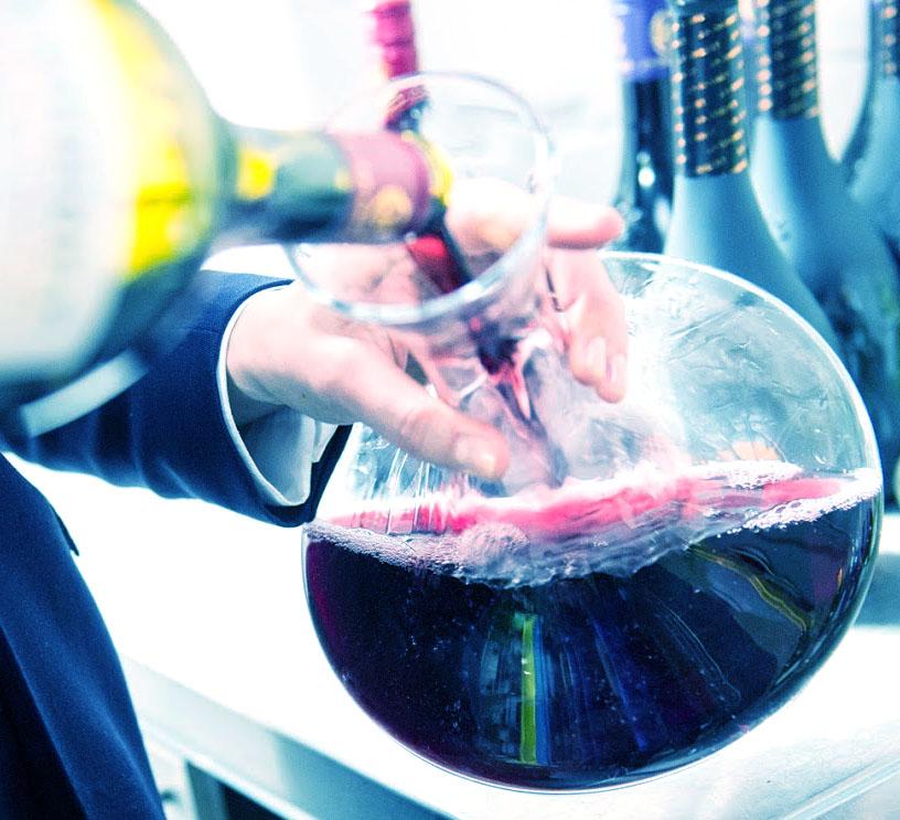 Hoe moet je rode wijn bewaren, decanteren en karafferen. een goede manier om een wijn te karafferen