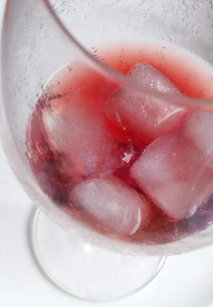 is rode wijn met ijsklontjes slecht