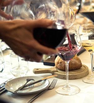 Hoe moet je rode wijn bewaren, decanteren en karafferen. rode wijn uit een karaf