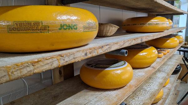 Wijn en kaas. De gemiddelde Nederlander is dol op kaas