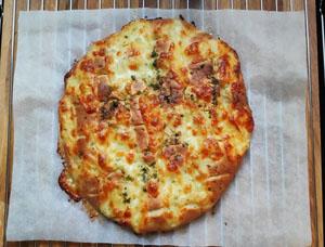 Wijn en kaas. Kaas op de pizza samen met een heerlijke Italiaanse wijn