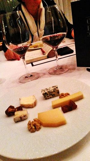 wijn en kaas. Port en kaas is een favoriet desser van de Nederlanders