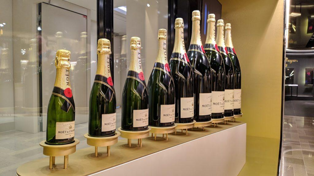 Een Spaanse Cava is geen Spaanse Champagne. Een dure Champagne is bijvoorbeeld Moet & Chandon