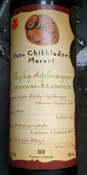 Dato Chikhladze's Marani, een amberkleurige droge wijn van de Mtsvane en Rkatsiteli. Deze blend van de wijnmakers van Chikhladze is gemaakt van de oude druivenrassen Mtsvane en Rkatsiteli. Deze oude druiven behoren tot de oorspronkelijke druivenrassen van de wereld.