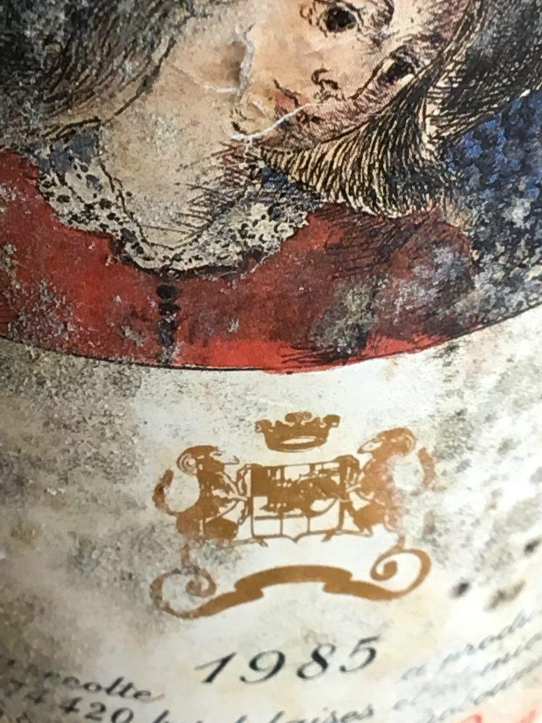 Alles wat je moet weten over de kurk in een wijnfles. Een etiket op een oude wijnfles die goed bewaard is geweest