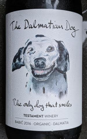 De Dalmatische hond (The Dalmatian Dog ofwel een Dalmatiër) is de enige hond die lacht als hij zijn tanden laat zien. Het is een vriendelijke, gespierde hond met een fantastisch uithoudingsvermogen. Dat belooft wat voor deze rode wijn.