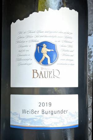 De Bauer Weissburgunder is een geraffineerde witte wijn uit het mooie Moezeldal in Duitsland. De beste Moselweinen behoren dan ook tot de mooiste wijnen van de wereld.