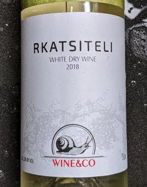 Deze droge Rkatsiteli is een witte wijn uit Georgië die helemaal gevinifieerd is volgens de westerse manier van wijnmaken.