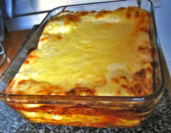 Hoe maak je de saus voor de zelfgemaakte lasagne met rode wijn. De saus vereist wel een klein halfuurtje, dus verpakken we de deegbal even in huishoudfolie en leggen we die in de koelkast om het deeg even te laten rusten