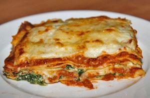 Zelfgemaakte lasagne met rode wijn