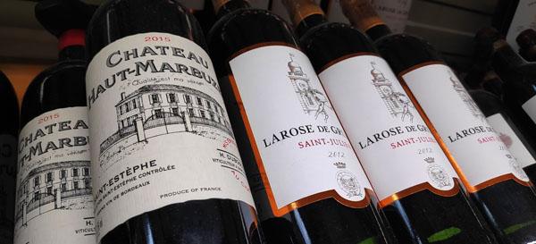 In wijn zit histamine. Dit komt omdat wijn vergist is. Tijdens het gistingsproces komt er histamine vrij. In rode wijn zit meer histamine dan in witte wijn. Als gevolg van het contact met de schillen of de pitten (die bepalen een groot deel van het histaminegehalte) komt er histamine tijdens het gistingsproces vrij.