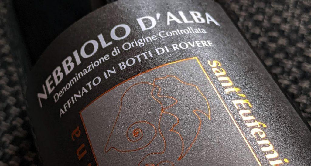 Traditie staat voorop en daarna komt de liefde voor wijn. Dat ruik je en dat proef je in deze prachtige Nebbiolo d'Alba. Complexiteit staat daarnaast ook hoog op de ladder en dat in combinatie met lengte en diepte. De jarenlange ervaring die deze wijnmaker ongetwijfeld heeft is ruime mate aanwezig in deze wijn van Sant'Eufemia