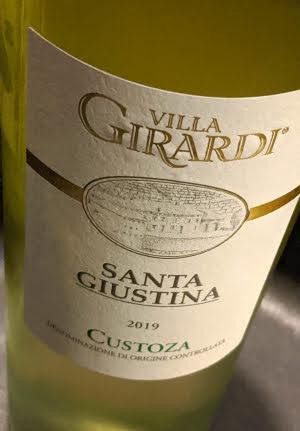 De Villa Girardi Bianco di Custoza Santa Giustina is een witte DOC uit Custoza. Deze witte wijn komt uit het oorspronkelijke Custoza gebied nabij het Gardameer. De wijn is gemaakt van de Trebbiano Veronese, Garganega, Malvasia en Cortese druiven.