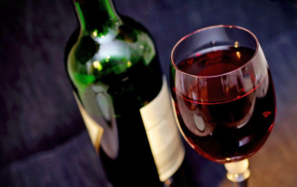 Wijnkoelkasten, er bestaan veel wijnkoelkasten en in alle soorten en maten, maar wat is nu de beste? Je wilt natuurlijk dat jouw wijnen op de beste en meest constante temperatuur liggen en dan speelt de luchtvochtigheid ook nog een grote rol.