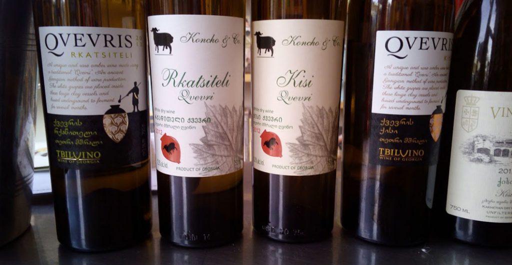 Wat is oranje wijn of amber wijn? Witte wijn ken je vast wel en rode wijn zal je ook bekend in de oren klinken, maar Wat is nou oranje wijn of amber wijn?