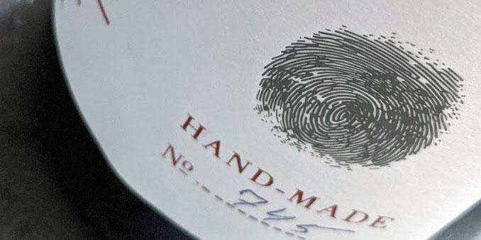 De Dry red wine van Dakishvili is gemaakt van 2 druivenrassen. Eén druivenras ken je uit de Bordeaux. Daar blenden ze het met Merlot en in deze wijn is de blend met Saperavi