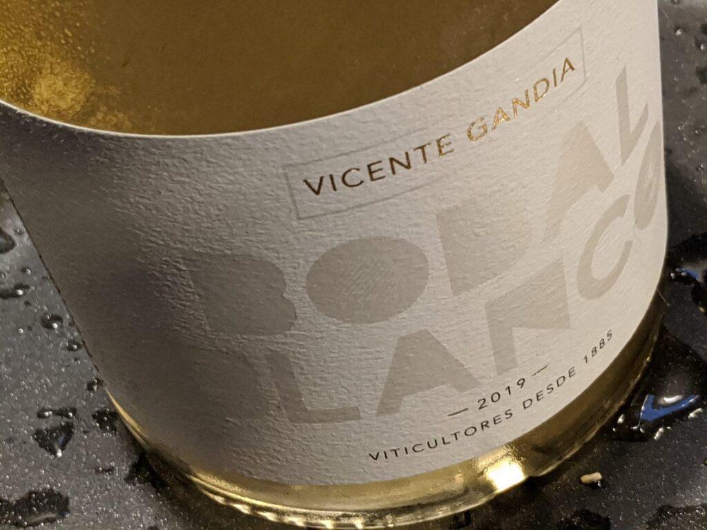 Bobal Blanco is een witte wijn van wijnhuis Vicente Gandia. Bobal is een lokaal druivenras rond het Spaanse Valencia. Vicente Gandia is een voorstander van lokale druivenrassen en het bekende Spaanse wijnhuis gooit hier dan ook hoge ogen mee.