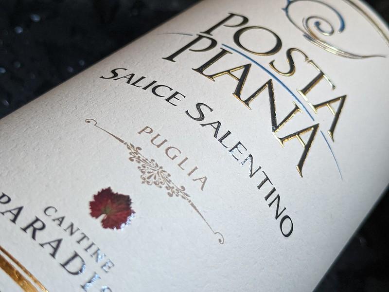 De Posta Piana is een rode wijn uit Salice Salentino. Het is een DOC wijn uit de provincie Puglia in Italië, maar wel een wijn met 12 maanden houtopvoeding en dat maakt deze wijn dan ook heel mooi en complex.