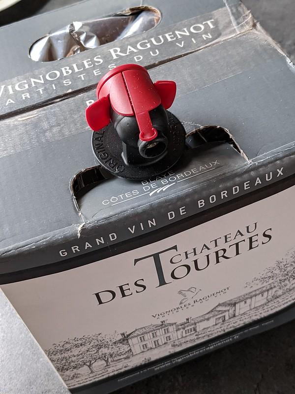 Chateau des Tourtes Rouge lijkt op het oog een gewone wijn, maar je wordt misleid. Deze rode wijn uit Côtes de Bordeaux heeft gewoon heel mooi fruit en stijgt hierdoor boven zijn schaduw uit.