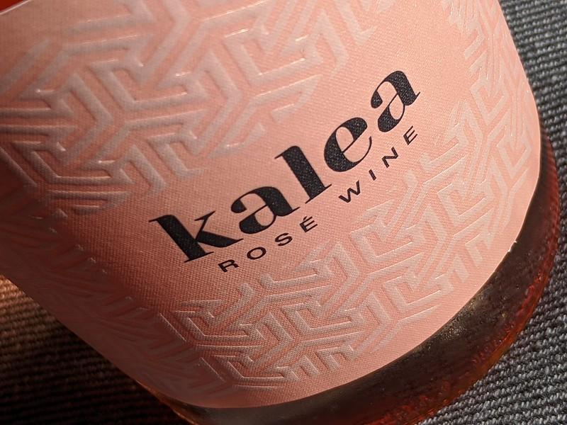 Kalea is een rosé uit het assortiment van DirckIII. Deze slijter timmert lekker aan de weg met zijn mooie wijnen. Is de Kalea ook zo mooi? Wij testen de Kalea!